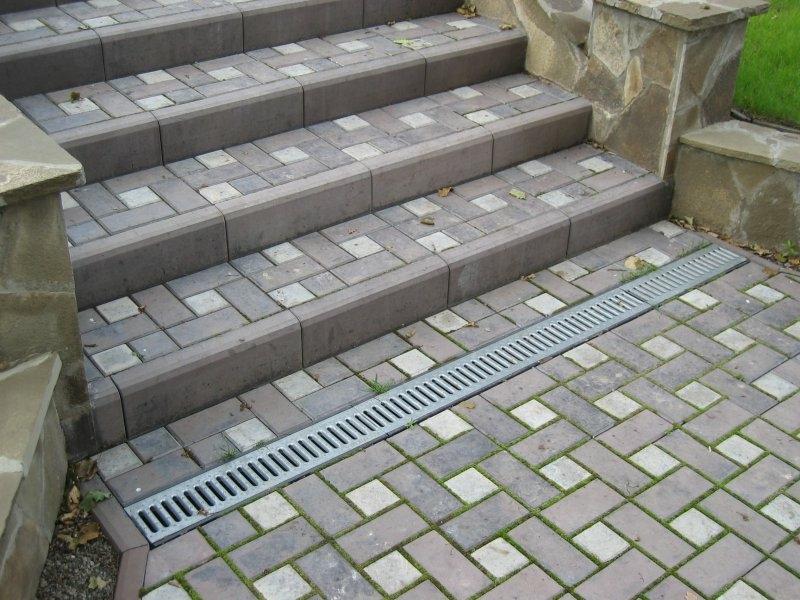 ступени из тротуарной плитки с водоотводом