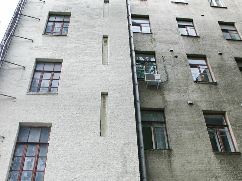 фасад дома требует ремонт и покраски