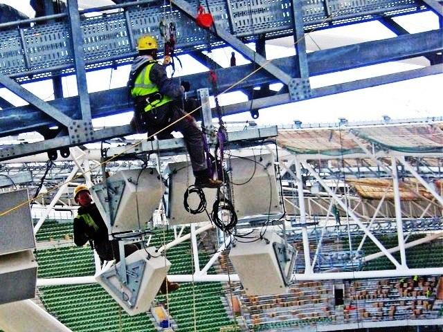 высотные работы монтаж освещения на стадионе